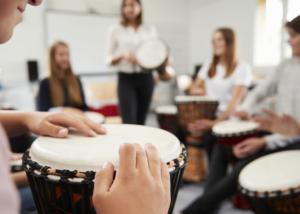 Taller de percusión, actividad de team building de Creativando